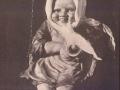 Holzfigur Mädchen auf Schaukel.png