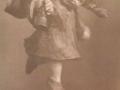 Holzfigur Mädchen mit Glocke.png