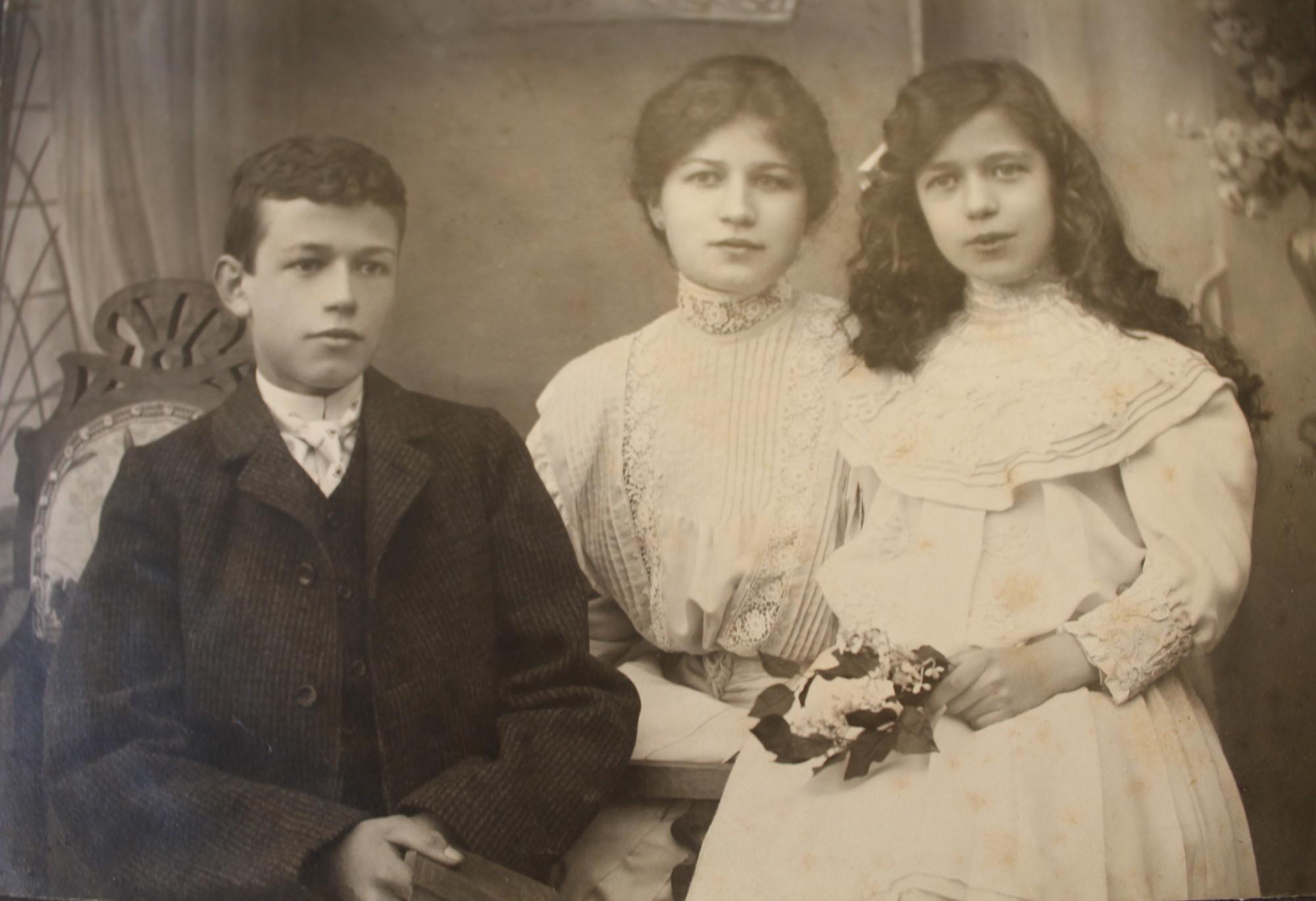 Drei Geschwister jung Kopie