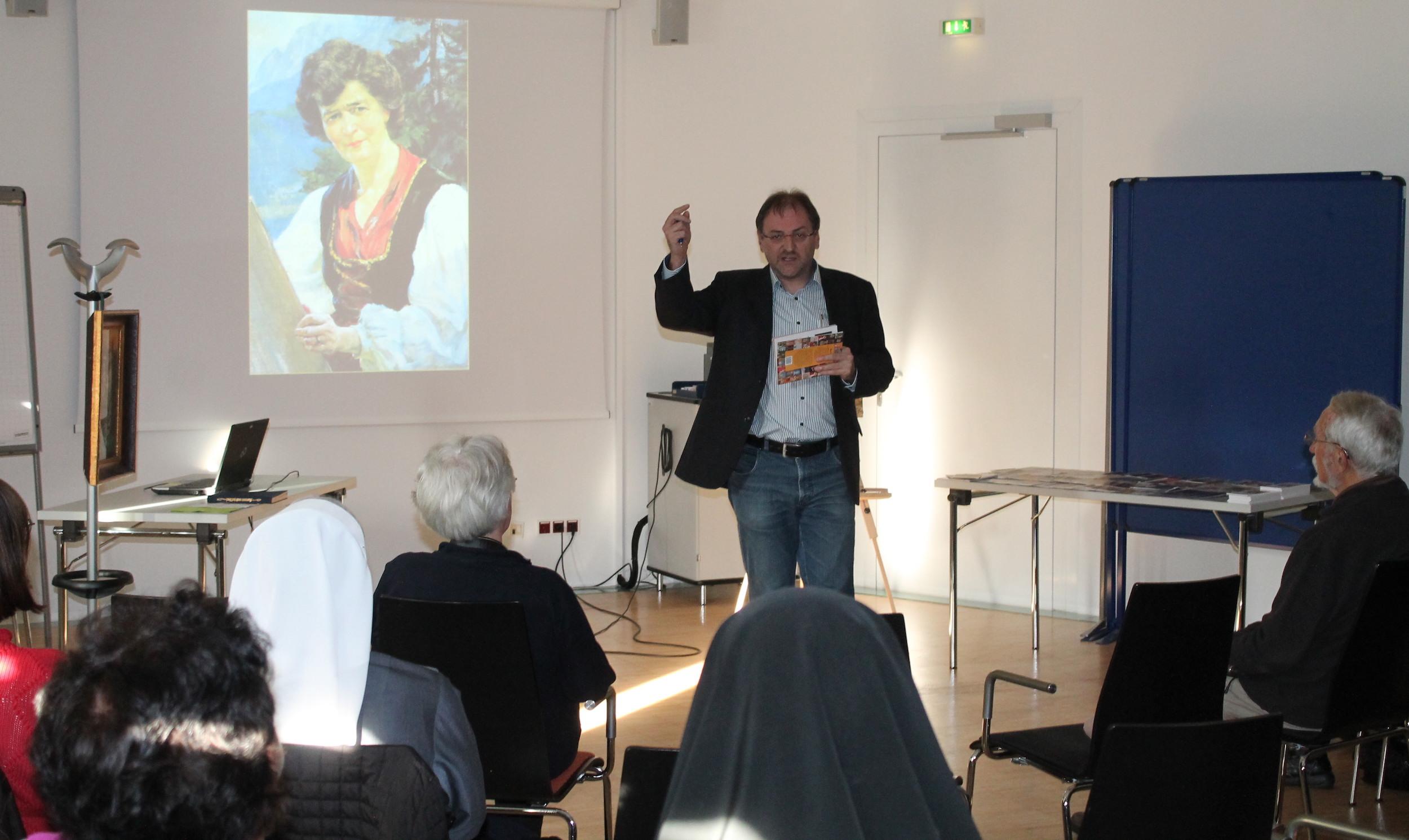 Reinhard Heiserer, Vorsitzender von Jugend Eine Welt, erklärt die Geschichte zum Buch